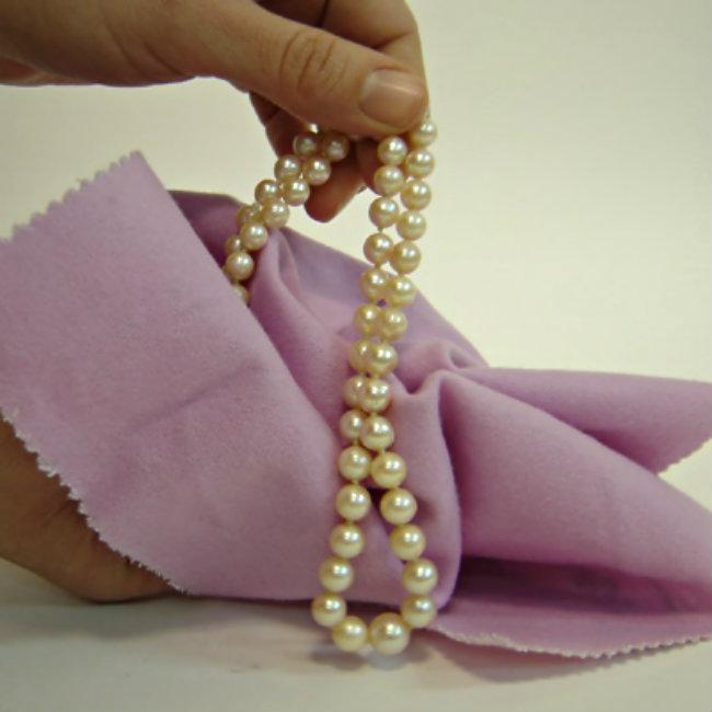 19af791c3276 Renueva tu collar de perlas con estos tips de limpieza - Unicas