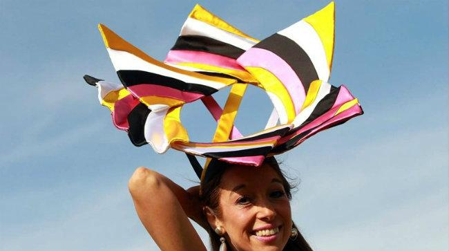 ... algunos diseñadores lo han tomado como su inspiración para crear una  moda más expresiva. Te mostramos ocho sombreros que se perfilan hacer  tendencia. fcacb4c1436